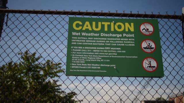 vídeos y material grabado en eventos de stock de gowanus canal pollution - contaminación de aguas