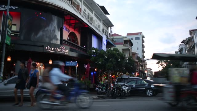 vidéos et rushes de general footage of phnom penh cambodia on friday sept 25 2015 shots wide shot of kfc restaurant exterior tighter shot of kfc wall advertisement wide... - général grade militaire