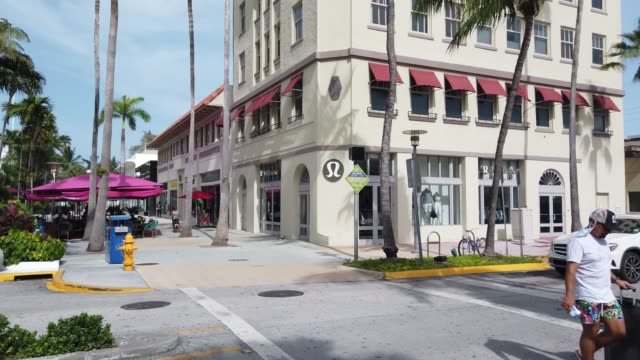 vídeos de stock, filmes e b-roll de general footage of the lincoln road mall area on july 09, 2020 in miami beach, florida. today, is the first day that restaurants have been asked by... - florida us state
