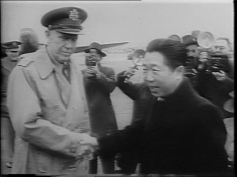 stockvideo's en b-roll-footage met general george c marshall shakes hands with dr wei taoming/ men pose for a picture l to r general carl a spaatz general dwight d eisenhower general... - tweede wereldoorlog in azië