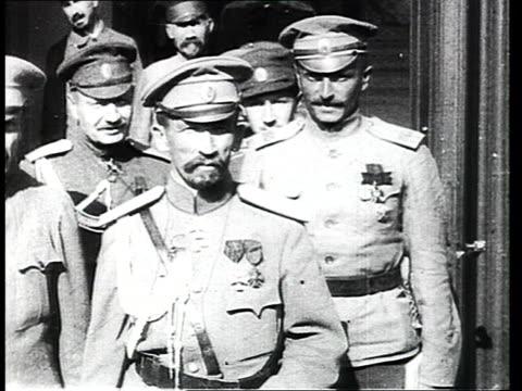vídeos de stock, filmes e b-roll de general ivan alekseyevich kornilov and other officers posing on steps in doorway / russia - 1917