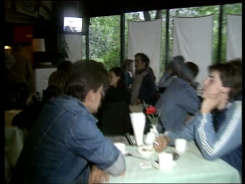 general jaruzelski to stand as president; restaurant cms tv monitor shows jaruzelski making speech pull out people seated around tables watching tms... - serie televisiva video stock e b–roll