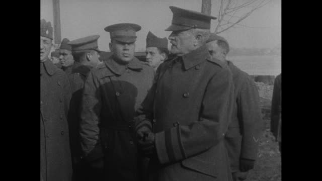 vidéos et rushes de general john pershing at barracks with officers one takes papers out of pocket talks to pershing who responds he salutes / pershing with officers... - général grade militaire
