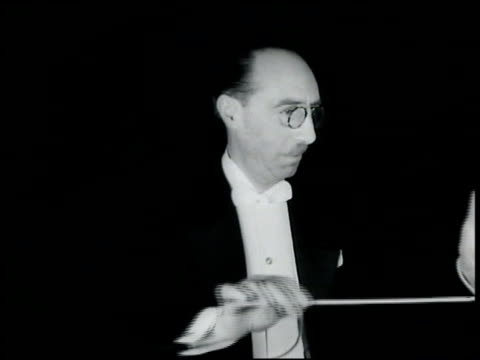 vidéos et rushes de general manager giulio gatti-casazza sitting backstage listening to performance standing to look out backstage peephole to stage conductor nitori... - opéra style musical