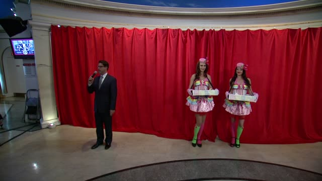 stockvideo's en b-roll-footage met general manager of madame tussauds at neverbeforeseen katy perry wax figure to be unveiled at madame tussauds new york at madame tussauds on... - directrice