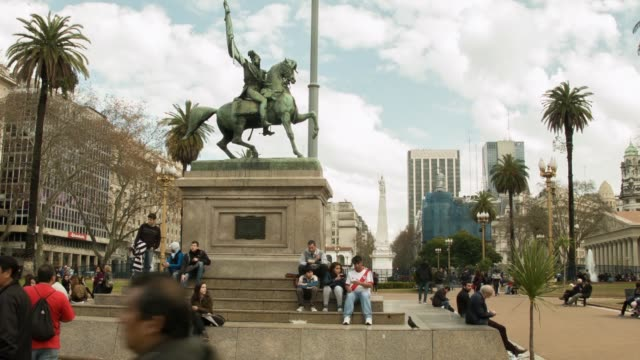 ls general manuel belgrano monument at plaza de mayo in front of casa rosada shot on the 29th of july 2014 - casa rosada stock-videos und b-roll-filmmaterial