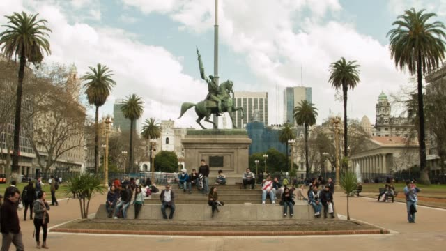 ws general manuel belgrano monument at plaza de mayo in front of casa rosada shot on the 29th of july 2014 - casa rosada stock-videos und b-roll-filmmaterial