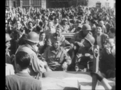 vídeos y material grabado en eventos de stock de general mark clark rides in jeep through streets of rome after 5th united states army arrives during world war ii / crowd of italians waves, cheers /... - fascismo
