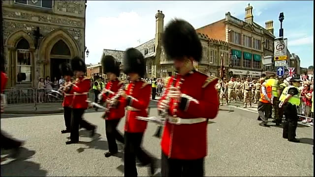 stockvideo's en b-roll-footage met us general mcchrystal dismissed from post by president obama hampshire winchester soldiers in bearskins marching during homecoming parade followed by... - camouflagekleding