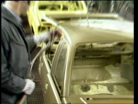 vídeos de stock e filmes b-roll de london ms roger b smith speaking at pkf luton ts vauxhall car plant pan cs men spraying cars in paint shop ms workers along in new assembly hall for... - general motors