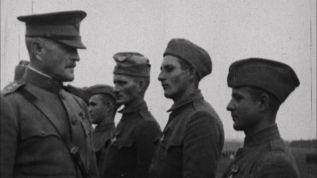 general officer john j pershing talking to soldiers / france - 1917 stock-videos und b-roll-filmmaterial