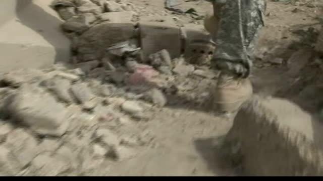 general petraeus speaks in washington as president bush sends more troops to iraq iraq baghdad ghazaliyah ext us soldiers standing guard shots... - バグダッド点の映像素材/bロール