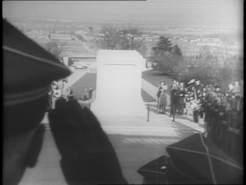 vídeos de stock e filmes b-roll de general sikorski climbs out of vehicle outside crowd at white house / closeup of sikorski in bowler hat / exterior view of crowd outside door man... - cemitério nacional de arlington
