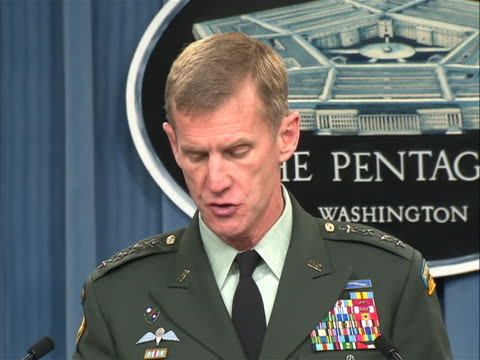 general stanley mcchrystal, commander of the international security assistance force in afghanistan, speaking at official pentagon press conference... - 米国国防総省点の映像素材/bロール