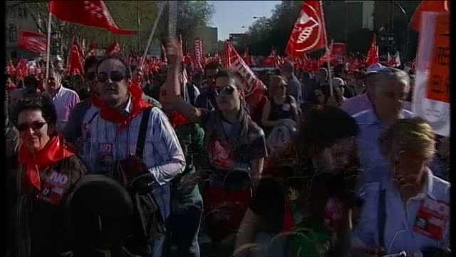 rioting breaks out spain madrid ext various shots of workers marching along street waving flags and placrds during general strike march reporter to... - ファイサル・イスラム点の映像素材/bロール