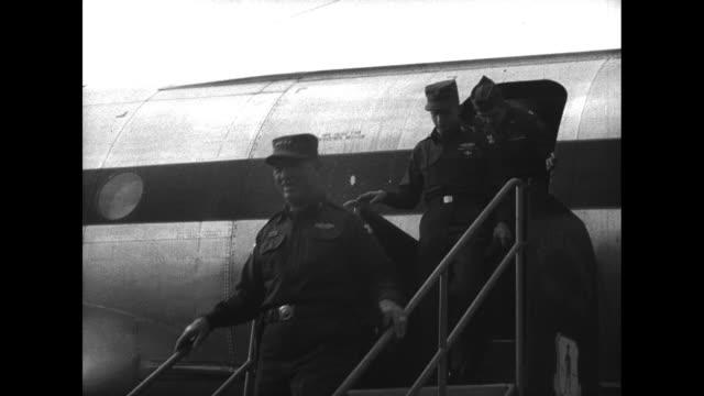 general van fleet deplanes usaf plane in japan after leaving seoul / greets us ambassador to south korea, ellis briggs and other officers - vangen bildbanksvideor och videomaterial från bakom kulisserna