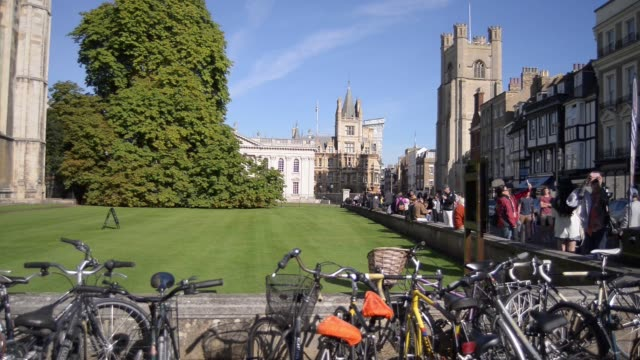 vídeos de stock, filmes e b-roll de general view exterior of king's college on a sunny day in cambridge uk on sunday oct 5 bicycles sit parked in racks outside college on king's parade... - king's college cambridge