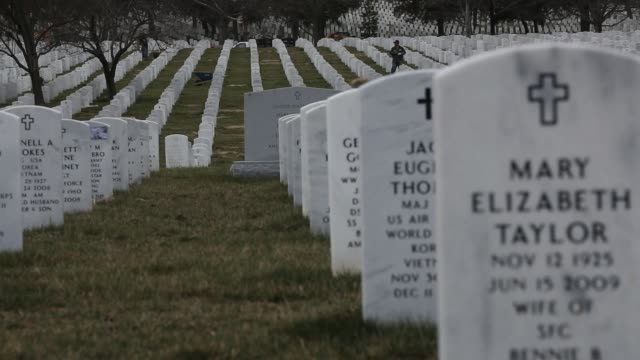 vídeos de stock e filmes b-roll de general view in section 60 where the majority of iraq and afghanistan casualties are buried resting place for heroes arlington national cemetery on... - cemitério nacional de arlington