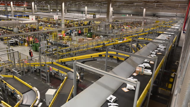 vídeos de stock e filmes b-roll de general view inside the amazon fulfillment centre as workers gear up for black friday and christmas on november 13, 2018 in swansea, wales. the... - satisfação