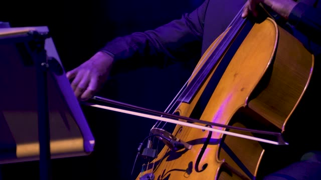 vidéos et rushes de general view - live band - cello at 'turn up london' at cadogan hall during 'turn up london' at cadogan hall on june 29, 2020 in london,... - violoncelle