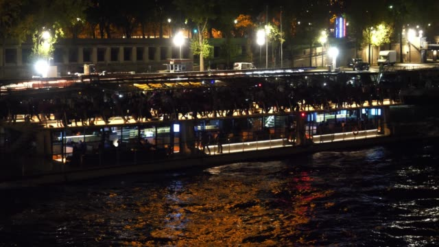 vídeos y material grabado en eventos de stock de general view of a barge boat on the seine river at night, seen from the debilly bridge, on october 13, 2019 in paris, france. - vista general