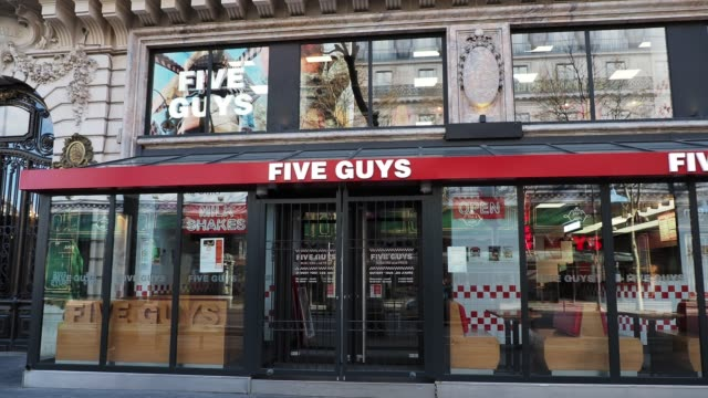 vídeos y material grabado en eventos de stock de general view of a closed five guys restaurant, in the 9th quarter of paris, on march 15, 2020 in paris, france. restaurants and fast food restaurants... - number 9