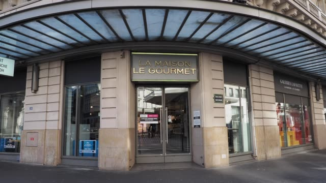 """general view of a closed """"les galeries lafayette - la maison le gourmet"""" store, with a note showing the message """"in accordance with the government's... - number 9 video stock e b–roll"""