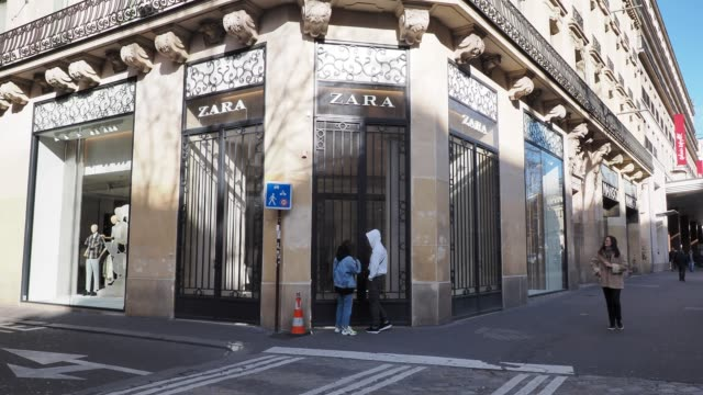 general view of a closed zara store in the 9th quarter of paris, on march 15, 2020 in paris, france. french prime minister edouard philippe announced... - number 9 video stock e b–roll