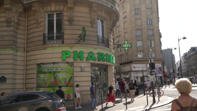 general view of a drugstore indicating the temperature during a heat wave on june 29, 2019 in paris, france. france is currently experiencing a heat... - 熱波点の映像素材/bロール