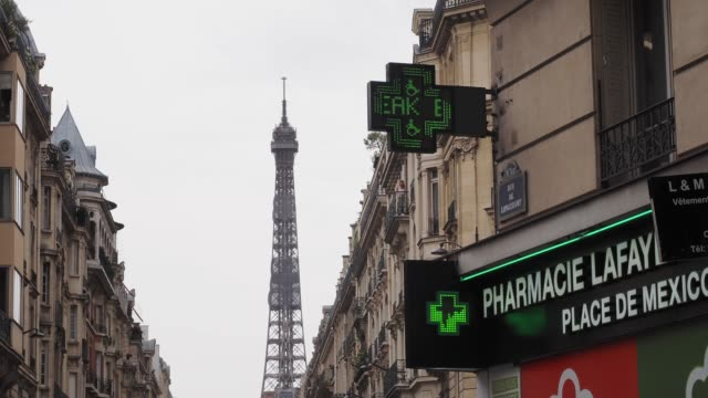 general view of a drugstore indicating the temperature near the eiffel tower, during a heat wave on july 31, 2020 in paris, france. many departments... - eiffel tower paris stock videos & royalty-free footage