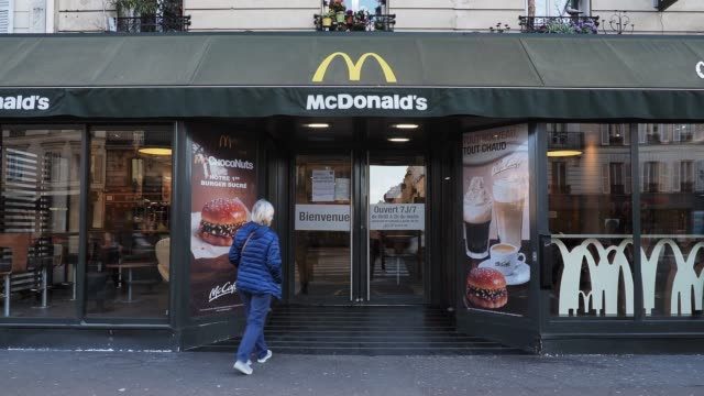 vidéos et rushes de general view of a mcdonald's restaurant with a message explaining that the restaurant was closed but still available through the delivery platforms... - fast food