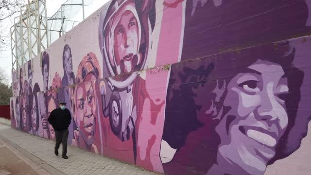 vídeos y material grabado en eventos de stock de general view of a mural in madrid showing a diverse array of women from nina simone, rosa parks, frida kahlo and the red army sniper lyudmila... - género humano