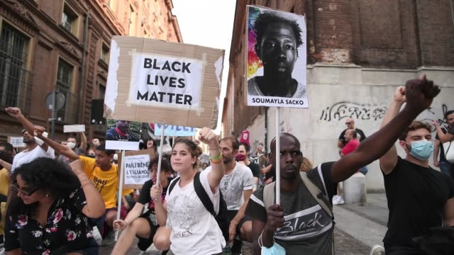 general view of a people with a raised fist during a protest against racism by the black lives matter movement on september 13 in turin, italy. the... - rasism bildbanksvideor och videomaterial från bakom kulisserna
