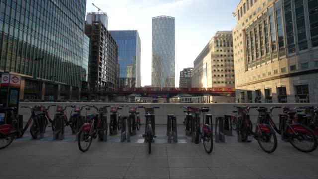 general view of an empty canary wharf as british prime minister boris johnson announced strict lockdown measures urging people to stay at home and... - plain stock videos & royalty-free footage