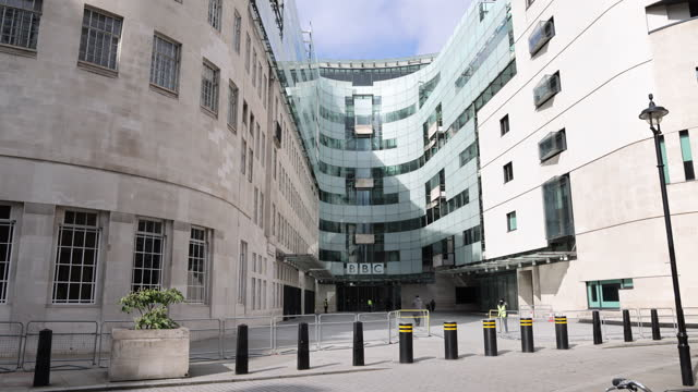 vídeos de stock e filmes b-roll de general view of bbc broadcasting house on march 23, 2021 in london, england. . on the 1 year anniversary of the beginning of england's 1st lockdown,... - bbc