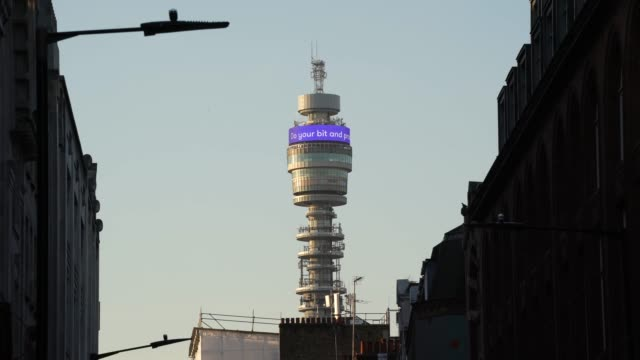 vídeos de stock e filmes b-roll de general view of bt tower displaying government advice to stay at home as the uk government tells the public to avoid all non essential travel in a... - bt tower londres