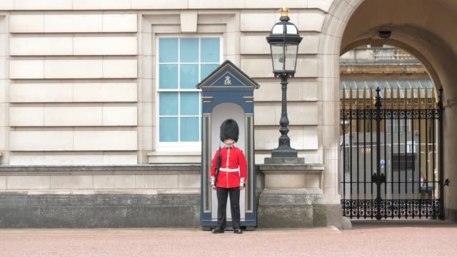 general view of buckingham palace. mix of shots of activity in and near palace. overcast weather. not overtly obvious which season on september 16th... - guarding stock videos & royalty-free footage