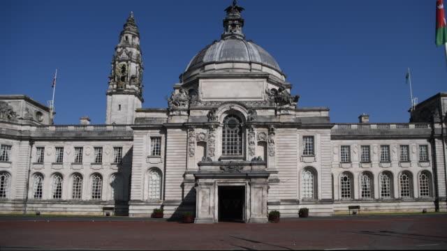 vídeos y material grabado en eventos de stock de a general view of cardiff city hall in cardiff wales uk on a summers day with a blue sky - vista general
