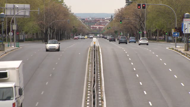 general view of castellana paseo, one of the most important one in the capital. spanish goverment will forbid all non-essential economic activity... - non urban scene stock-videos und b-roll-filmmaterial