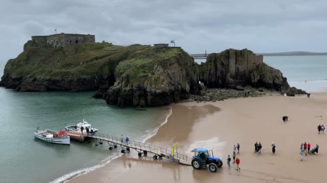 general view of castle beach tenby as visitors board a pleasure boat in front of st catherines island, on sept 3, 2020 in tenby, wales, united... - ペンブローク点の映像素材/bロール