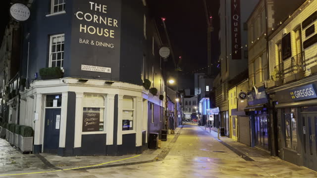 """vídeos y material grabado en eventos de stock de general view of closed bars in cardiff city centre on the first saturday night of the """"firebreak"""" which is aimed at reducing the number of covid-19... - number 9"""