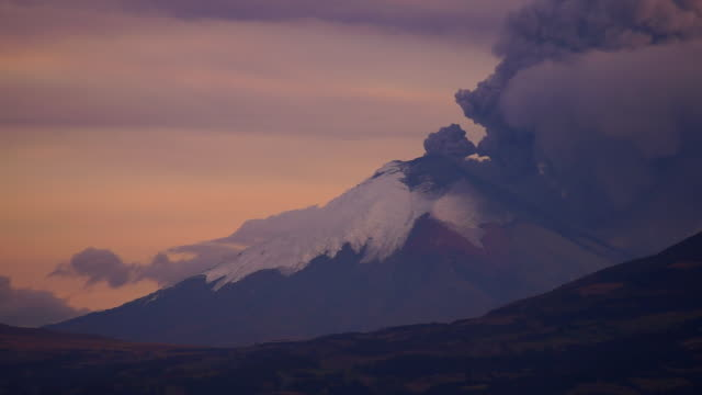 general view of cotopaxi volcano expelling gas vapor and ash from it's crater during sunset - ecuador stock-videos und b-roll-filmmaterial