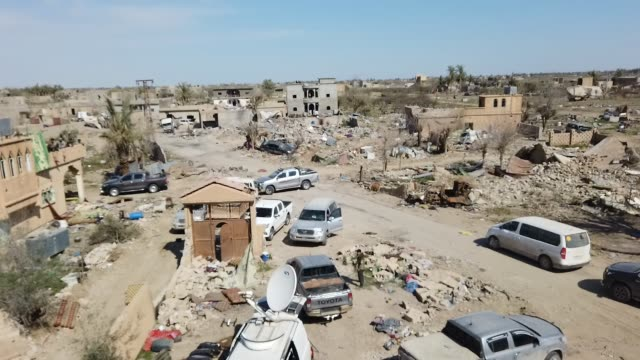 general view of destruction inside the final encampment held by isil on march 23, 2019 in baghouz, syria. the kurdish-led and american-backed syrian... - militante gruppe stock-videos und b-roll-filmmaterial