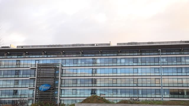 vídeos y material grabado en eventos de stock de general view of french offices of us pharmaceutical giant pfizer on november 9, 2020 in paris, france. pfizer laboratory just announced it has... - vista general