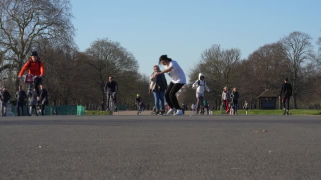 general view of hyde park on day 2 of 'stay at home' as social distancing takes shape on society during the coronavirus pandemic british prime... - public park stock videos & royalty-free footage
