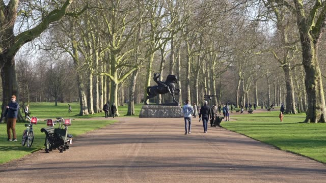 general view of hyde park on day 2 of 'stay at home' as social distancing takes shape on society during the coronavirus pandemic british prime... - jogging stock videos & royalty-free footage