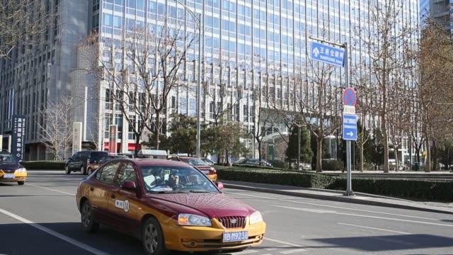 vídeos de stock, filmes e b-roll de a general view of logos of jp morgan rbs ubs hsbc in beijing - veículo terrestre comercial