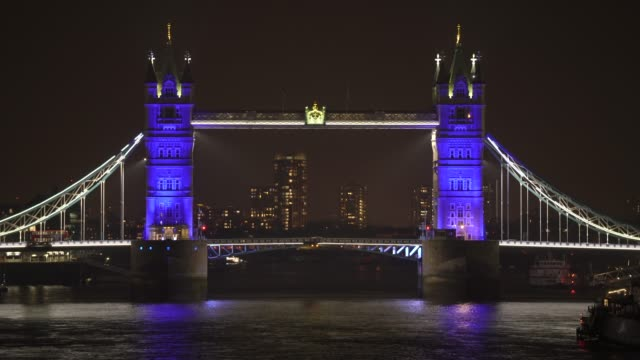 vídeos y material grabado en eventos de stock de general view of london bridge as uk landmarks and buildings by turning the lights blue as part of the #clapforourcarers and the #lightitblue campaign... - nhs