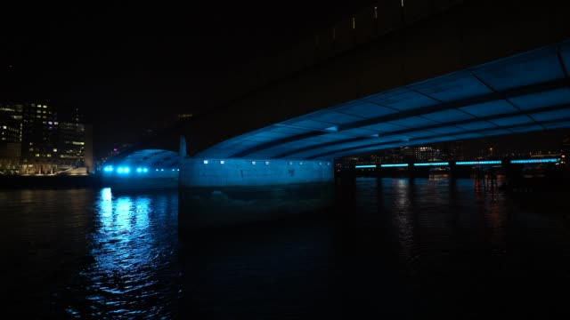 vídeos y material grabado en eventos de stock de march 26: general view of london bridge as uk landmarks and buildings turn the lights blue as part of the #clapforourcarers and the... - nhs