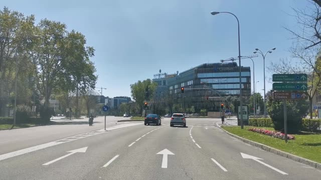 vídeos y material grabado en eventos de stock de general view of madrid center from a vehicle in hyperlapse with very little vehicle traffic on april 12, 2020 in madrid, spain. more than 15,000... - enfermedad contagiosa